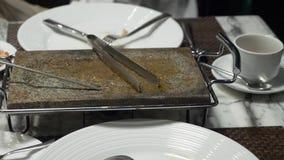 Βρώμικα μαχαιροπήρουνα μετά από να φάει σε ένα πιάτο, 4k απόθεμα βίντεο