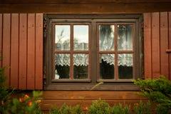 Βρώμικα παράθυρα και παραθυρόφυλλα στο ξύλινο σπίτι Στοκ φωτογραφίες με δικαίωμα ελεύθερης χρήσης