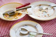 Βρώμικα πιάτα μετά από το γεύμα με τη σάλτσα που λερώνεται σε μερικά πιάτα Στοκ εικόνα με δικαίωμα ελεύθερης χρήσης