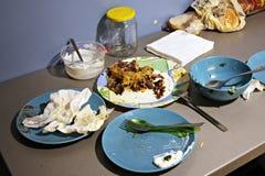 Βρώμικα πιάτα που αφήνονται στον πίνακα κουζινών Στοκ φωτογραφίες με δικαίωμα ελεύθερης χρήσης