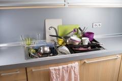 Βρώμικα πιάτα σε έναν νεροχύτη κουζινών Στοκ φωτογραφία με δικαίωμα ελεύθερης χρήσης
