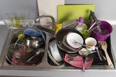 Βρώμικα πιάτα σε έναν νεροχύτη κουζινών Στοκ φωτογραφίες με δικαίωμα ελεύθερης χρήσης
