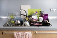 Βρώμικα πιάτα σε μια καταβόθρα Στοκ φωτογραφίες με δικαίωμα ελεύθερης χρήσης