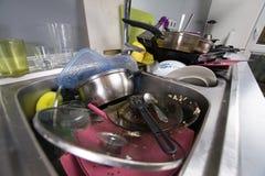 Βρώμικα πιάτα σε μια καταβόθρα Στοκ Εικόνες
