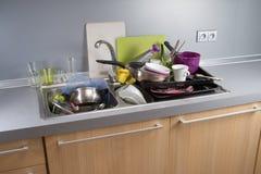 Βρώμικα πιάτα σε μια καταβόθρα Στοκ Φωτογραφία