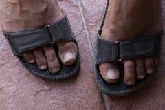 Βρώμικα πόδια στα σανδάλια Στοκ Εικόνες