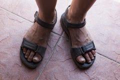 Βρώμικα πόδια στα σανδάλια Στοκ Φωτογραφίες