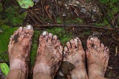 Βρώμικα πόδια στο βρύο μέσα Στοκ φωτογραφία με δικαίωμα ελεύθερης χρήσης