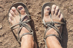 Βρώμικα πόδια στα σανδάλια Στοκ φωτογραφία με δικαίωμα ελεύθερης χρήσης