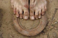 Βρώμικα πόδια στο έδαφος Στοκ Εικόνες