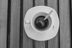 Βρώμικα φλυτζάνι και κουτάλι καφέ που θέτουν στο άσπρο πιατάκι και τον ξύλινο πίνακα μετά από να πιει το πρωί στρέψτε μαλακό Στοκ φωτογραφίες με δικαίωμα ελεύθερης χρήσης