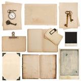 Βρώμικα φύλλα εγγράφου με το ρολόι και το κλειδί Χρησιμοποιημένη σύσταση χαρτονιού Στοκ φωτογραφία με δικαίωμα ελεύθερης χρήσης