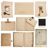 Βρώμικα φύλλα εγγράφου με το ρολόι και το κλειδί Χρησιμοποιημένη σύσταση χαρτονιού Στοκ Εικόνα
