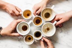 Βρώμικα φλιτζάνια του καφέ afterparty Στοκ φωτογραφία με δικαίωμα ελεύθερης χρήσης