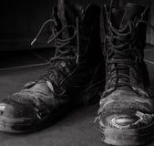 Βρώμικες παλαιές μπότες εργασίας γραπτές στοκ εικόνες