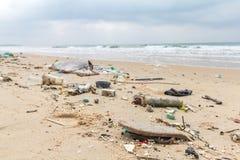 Βρώμικες παραλίες Προκαλούμενος με την πρακτική ντάμπινγκ απείθαρχου στοκ εικόνα με δικαίωμα ελεύθερης χρήσης