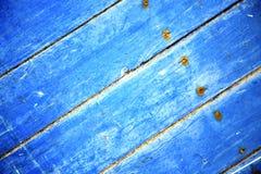 βρώμικη γδυμένη μπλε ξύλινη πόρτα ε και σκουριασμένο καρφί στοκ εικόνες
