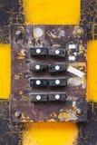 Βρώμικη είσοδος οικοδόμησης με τα παλαιά doorbells Στοκ Φωτογραφίες