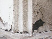 Βρώμικη εξωτερική γωνία τοίχων που ραγίζονται και χρώμα αποφλοίωσης Στοκ Φωτογραφία