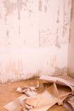 βρώμικη εσωτερική παλαιά σχισμένη δωμάτιο εκλεκτής ποιότητας ταπετσαρία πατωμάτων grunge Εκλεκτής ποιότητας εσωτερικό Grunge Στοκ Φωτογραφία