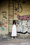 βρώμικη κομψή γυναίκα θέση&sigm Στοκ φωτογραφία με δικαίωμα ελεύθερης χρήσης
