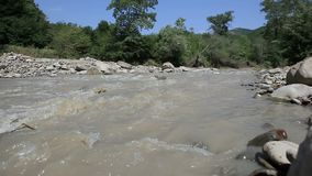 Βρώμικη ροή ποταμών βουνών φιλμ μικρού μήκους