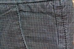 Βρώμικη τσέπη τζιν σε ένα τετράγωνο Εκλεκτής ποιότητας σκούρο γκρι τζιν, καλά για το υπόβαθρο Στοκ φωτογραφία με δικαίωμα ελεύθερης χρήσης