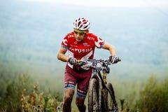 Βρώμικος ανηφορικός περίπατος αθλητών mountainbiker με τα ποδήλατά τους Στοκ εικόνες με δικαίωμα ελεύθερης χρήσης