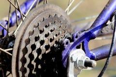 Βρώμικος αλυσσοτροχός ποδηλάτων στο μπλε ποδήλατο Στοκ φωτογραφία με δικαίωμα ελεύθερης χρήσης