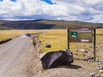 Βρώμικος δρόμος που οδηγεί στη λιμνοθάλασσα Limpiopungo, εθνικό πάρκο Cotopaxi, Ισημερινός Στοκ Εικόνες
