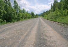Βρώμικος δρόμος στα δάση. Στοκ Εικόνες
