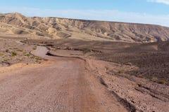 Βρώμικος δρόμος στην έρημο Negev, Ισραήλ, υποδομή μεταφορών μέσα Στοκ φωτογραφίες με δικαίωμα ελεύθερης χρήσης