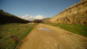 Βρώμικος δρόμος στη βαθιά τάφρο του αρχαίου φρουρίου Famagusta με τους υψηλούς τοίχους απόθεμα βίντεο