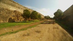 Βρώμικος δρόμος στη βαθιά τάφρο του αρχαίου φρουρίου Famagusta με τους υψηλούς τοίχους φιλμ μικρού μήκους