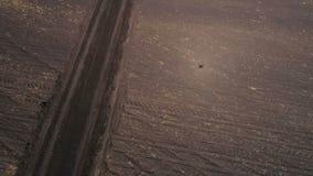Βρώμικος δρόμος στη σύγχρονη γεωδαιτική εναέρια άποψη σταθμών απόθεμα βίντεο
