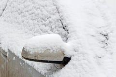 Βρώμικος και χιονισμένος δευτερεύων καθρέφτης αυτοκινήτων Αυτοκίνητα το χειμώνα Στοκ Φωτογραφίες