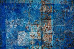 Βρώμικος κεραμωμένος τοίχος που καλύπτεται με το μπλε χρώμα peeleng στοκ φωτογραφία με δικαίωμα ελεύθερης χρήσης