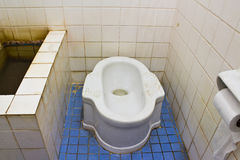 βρώμικος κοντόχοντρος τύπος τουαλετών Στοκ φωτογραφία με δικαίωμα ελεύθερης χρήσης