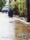 Βρώμικος λασπώδης ρύπος και τοξικό νερό που στηρίζονται μετά από να πλημμυρίσει στην πόλη Στοκ Εικόνες