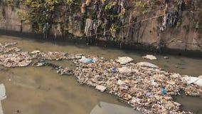 Βρώμικος ποταμός στις τρώγλες Dharavi Σχηματισμός αερίου από το βρώμικο ποταμό Mumbai r απόθεμα βίντεο