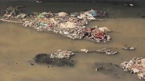 Βρώμικος ποταμός στις τρώγλες Dharavi Σχηματισμός αερίου από το βρώμικο ποταμό Mumbai Ινδία απόθεμα βίντεο