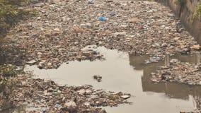 Βρώμικος ποταμός στις τρώγλες Dharavi Mumbai Ινδία απόθεμα βίντεο