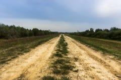 Βρώμικος δρόμος μέσω του τομέα στοκ εικόνα με δικαίωμα ελεύθερης χρήσης
