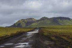 Βρώμικος δρόμος μετά από τη βροχή και τα βρύο-καλυμμένα ηφαιστειακά βουνά Landma Στοκ φωτογραφία με δικαίωμα ελεύθερης χρήσης