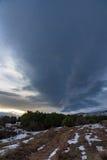 Βρώμικος δρόμος που οδηγεί στο δασικό και δραματικό ουρανό ηλιοβασιλέματος πεύκων Ρωσία, Stary Krym Στοκ φωτογραφία με δικαίωμα ελεύθερης χρήσης