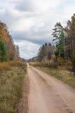 Βρώμικος δρόμος χώρας κατά τη διάρκεια του φθινοπώρου Στοκ Εικόνες