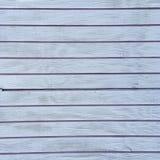 Βρώμικος στενοχωρημένος άσπρος ξύλινος κατασκευασμένος φράκτης στοκ φωτογραφία