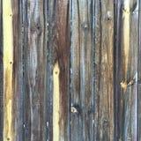 Βρώμικος στενοχωρημένος γκρίζος ξύλινος κατασκευασμένος φράκτης στοκ φωτογραφία με δικαίωμα ελεύθερης χρήσης
