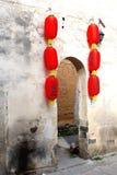 Βρώμικος τοίχος με τα κόκκινα κινεζικά φανάρια σε Hongcun, Κίνα Στοκ εικόνα με δικαίωμα ελεύθερης χρήσης