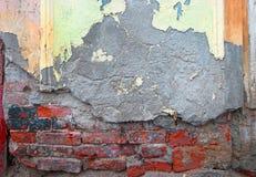 Βρώμικος τοίχος που καλύπτεται κατά το ήμισυ με το παλαιό ασβεστοκονίαμα Στοκ φωτογραφία με δικαίωμα ελεύθερης χρήσης